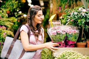 woman_buying_flowers